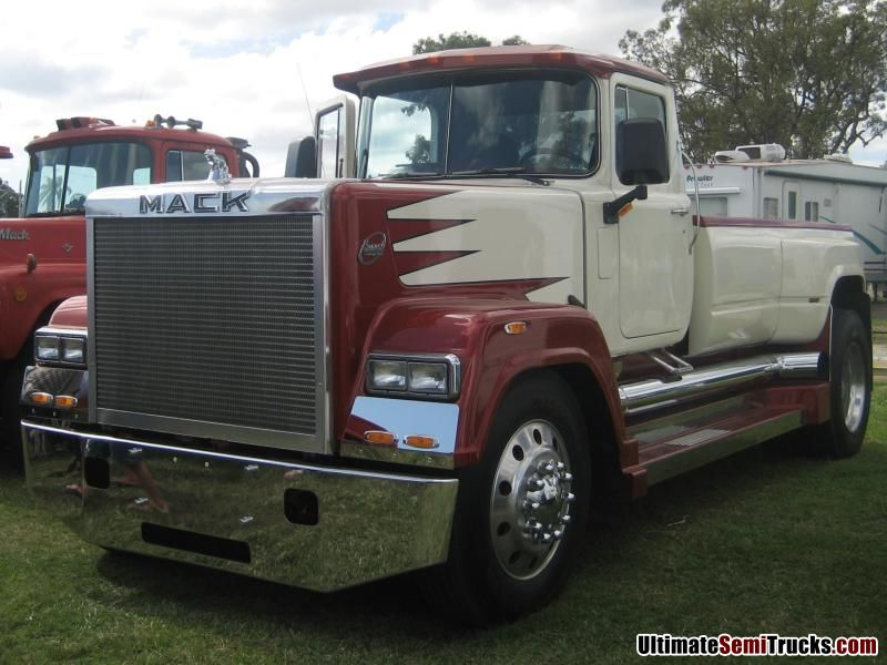 Classic Old Semi Trucks http://ultimatesemitrucks.com/classic_trucks_large_05.html